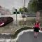 天氣預報節目主持人在現場直播中被「淹」