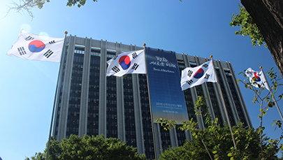 首尔政府大楼上悬挂着印着朝韩首脑会议主要口号的横幅。上面写着: 和平,新的未来