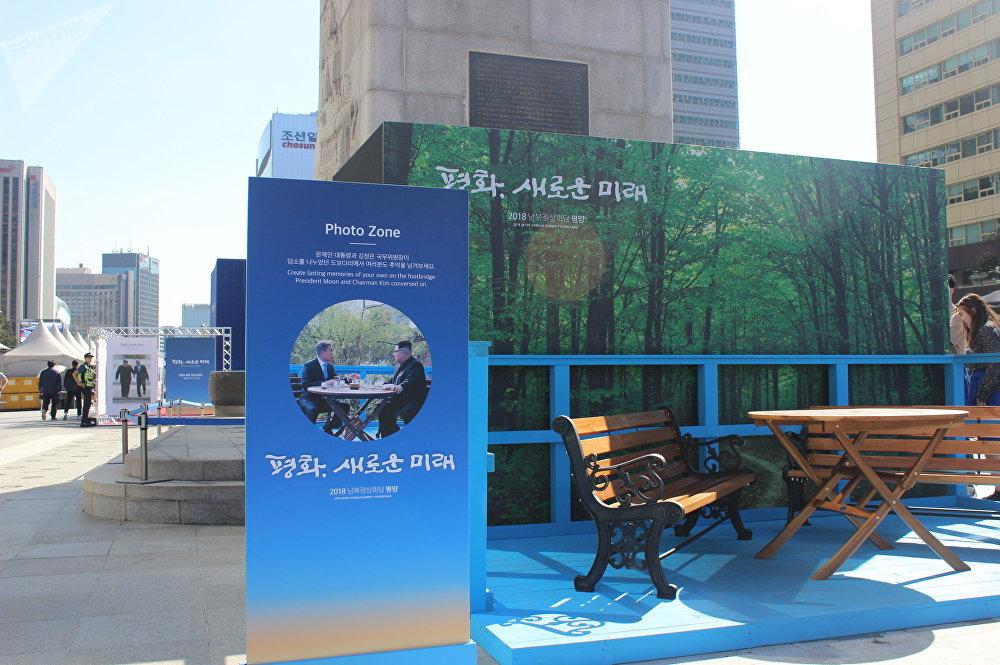 提供在朝韩领导人4月会晤地点之一的背景前拍照的地方