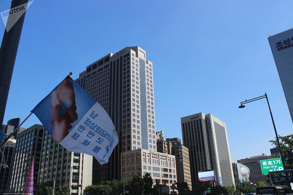 印着首尔-平壤火车票的旗帜,上面这写着: 让朝韩首脑会晤后奇迹再现!