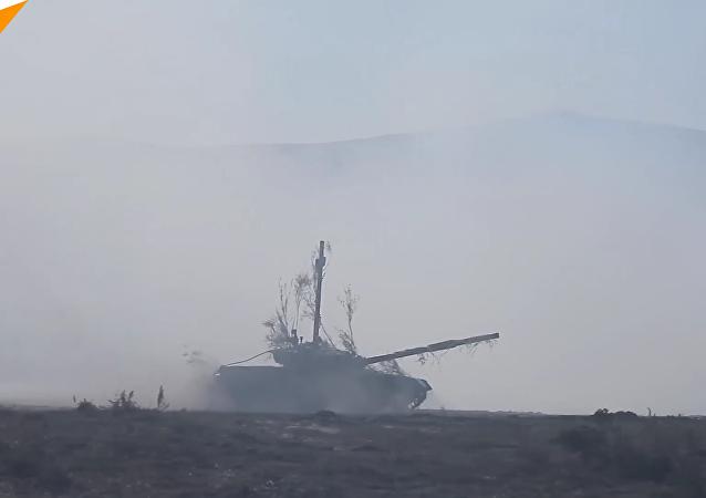 東方-2018」演習:穿越水上障礙運送武器過河