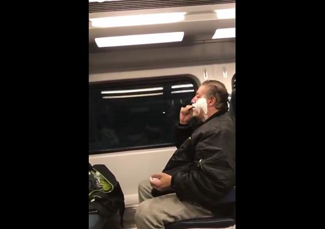 一段在电气火车上刮胡子男子的视频打破社交网络观看纪录