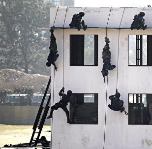中国训练尼泊尔军人如何反恐与应对自然灾害