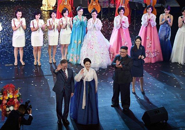 金正恩向韩国总统展示平壤明星的音乐会