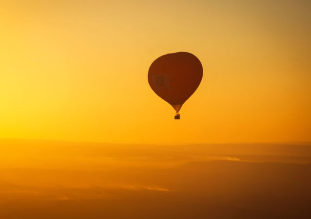 埃及强风将载有11名游客的热气球吹到山区