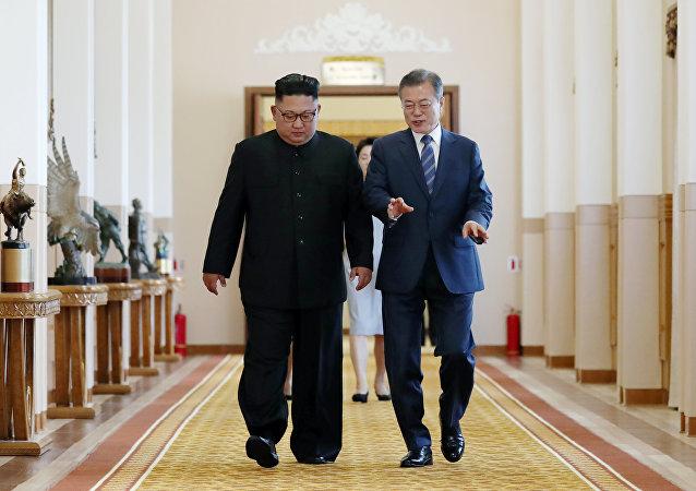 朝鲜领导人金正恩(左)和韩国总统文在寅