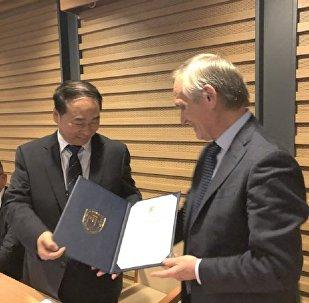 俄罗斯作家谢苗诺夫被北京外国语大学聘为该校名誉教授