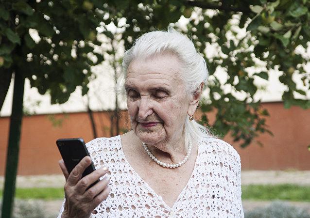 嘉琳娜与亲人经常保持联系