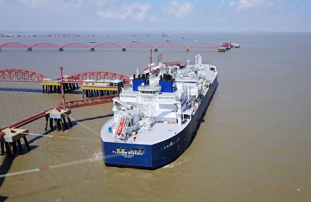 今年7月俄罗斯弗拉基米尔·鲁萨诺夫号和爱德华·托尔号两艘Arc7冰级液化天然气(LNG)油轮已经往中国运送首批两批亚马尔液化气。两艘油轮首次独立穿越北方海路东线航行,9天内按期到达。