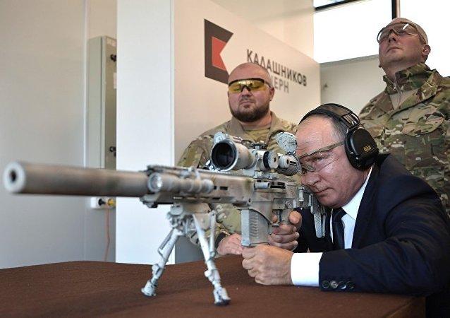普京在卡拉什尼科夫公司枪支中心使用步枪进行射击