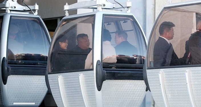 朝韩领导人携夫人坐缆车登白头山