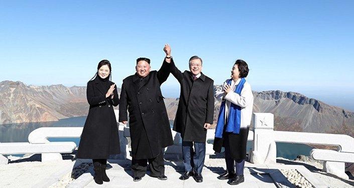 韩国总统登白头山