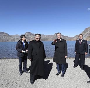 韓朝領導人登上白頭山看天池