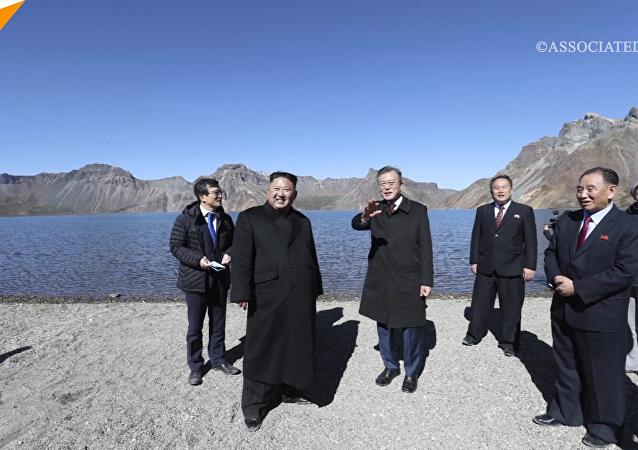 韩朝领导人登上白头山看天池