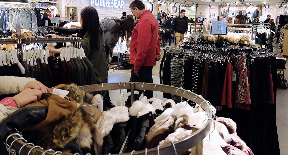 在西班牙商店內或因試衣開始收取費用