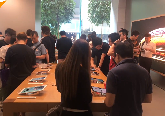 狂热果粉排队只为iPhone新机