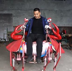 黑龙江一农民造八足载人机器大螃蟹