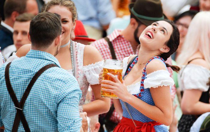 游客在慕尼黑啤酒节开幕式上。