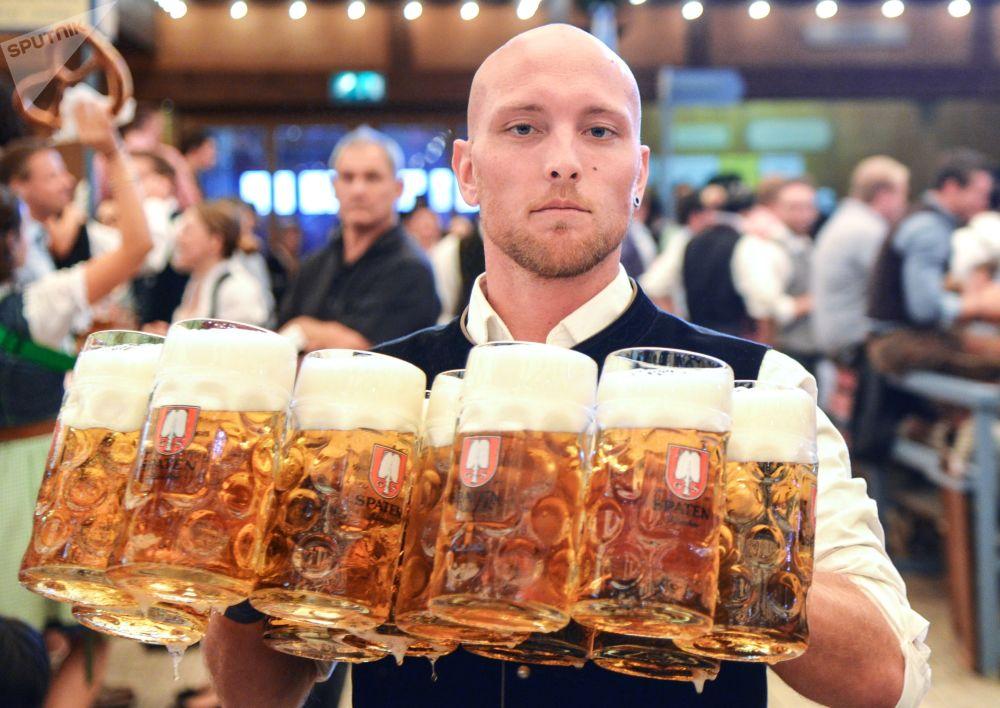 慕尼黑啤酒節開幕式上侍應生正在送杯裝啤酒。