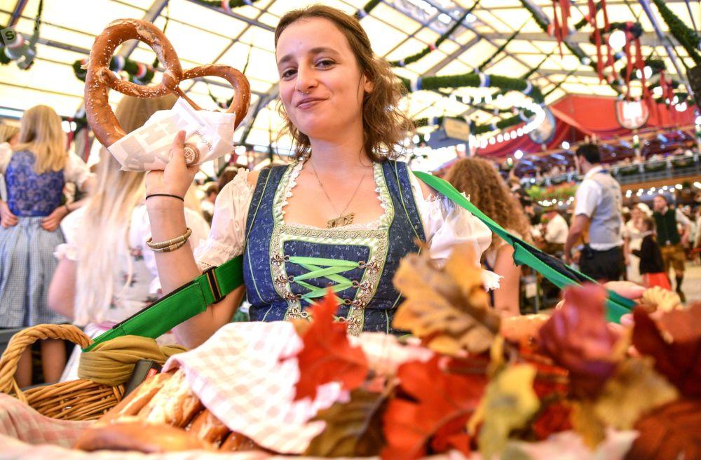 慕尼黑啤酒節開幕式上侍應生正在送牛角麵包。