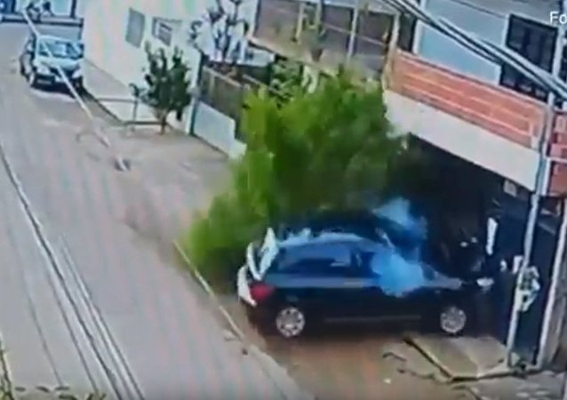巴西一名骑自行车的人奇迹般在车祸中幸存下来