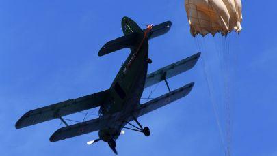 乌苏里斯克苏沃洛夫军事学校的学员在滨海边疆区诺沃瑟索耶夫克村附近的野战机场第一次跳伞时的场景