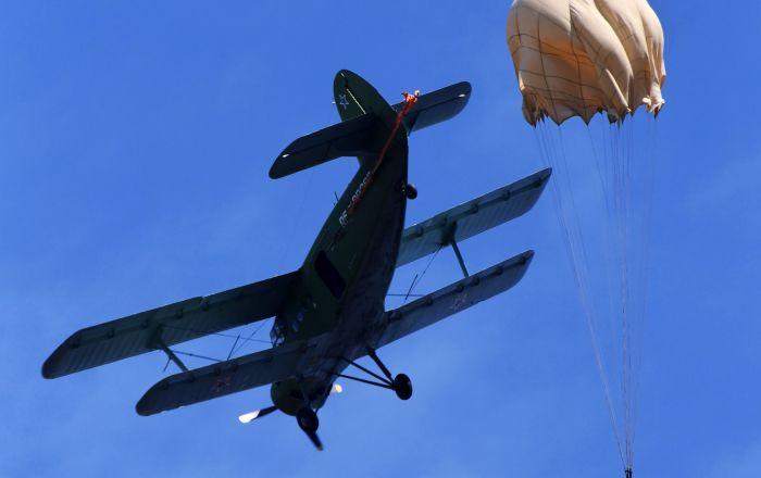 烏蘇里斯克蘇沃洛夫軍事學校的學員在濱海邊疆區諾沃瑟索耶夫克村附近的野戰機場第一次跳傘時的場景