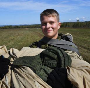 納西莫夫海軍學校的學員在濱海邊疆區諾沃瑟索耶夫克村附近的野戰機場第一次跳傘後的場景