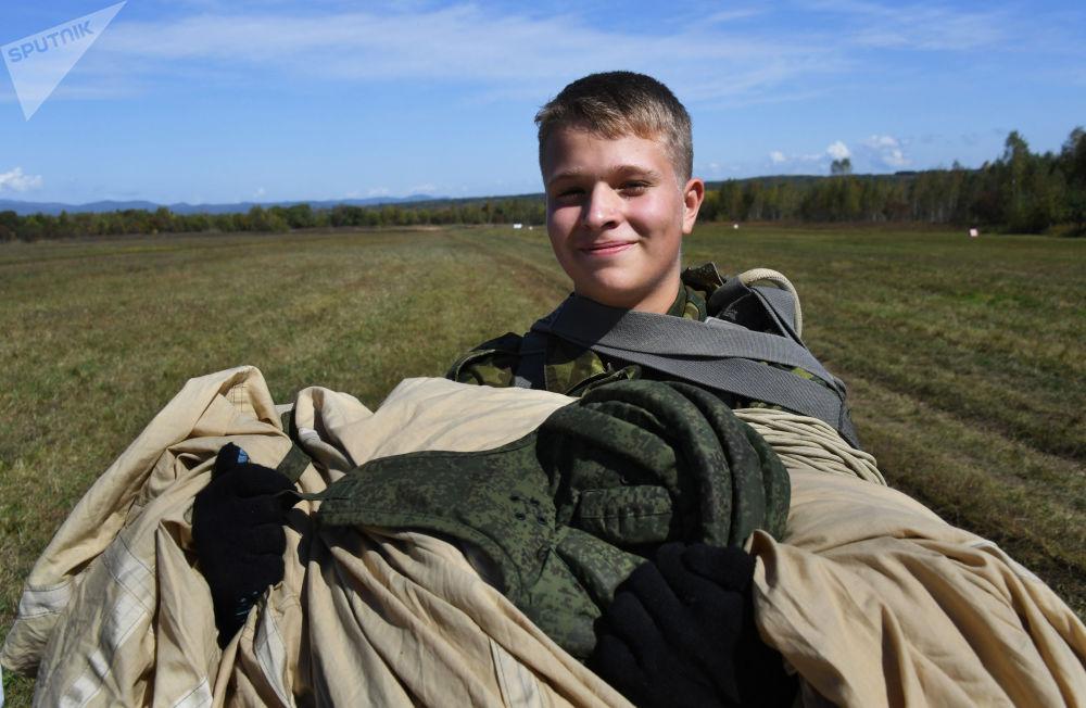 纳西莫夫海军学校的学员在滨海边疆区诺沃瑟索耶夫克村附近的野战机场第一次跳伞后的场景