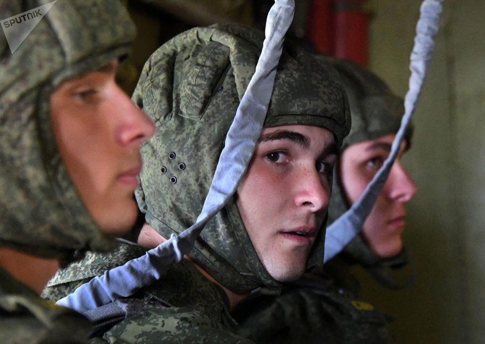 跳伞前乌苏里斯克苏沃洛夫军事学校的学生们在安-2飞机上