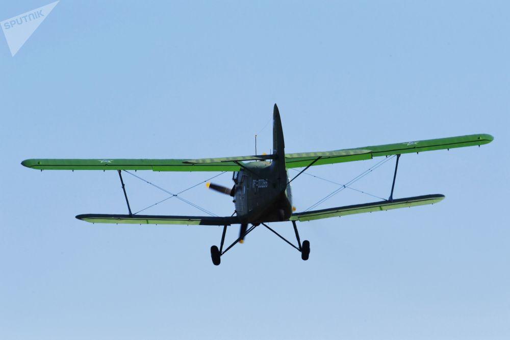 装载乌苏里斯克苏沃洛夫军事学校学员的安-2运输机
