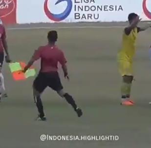 足球员因判罚点球殴打裁判
