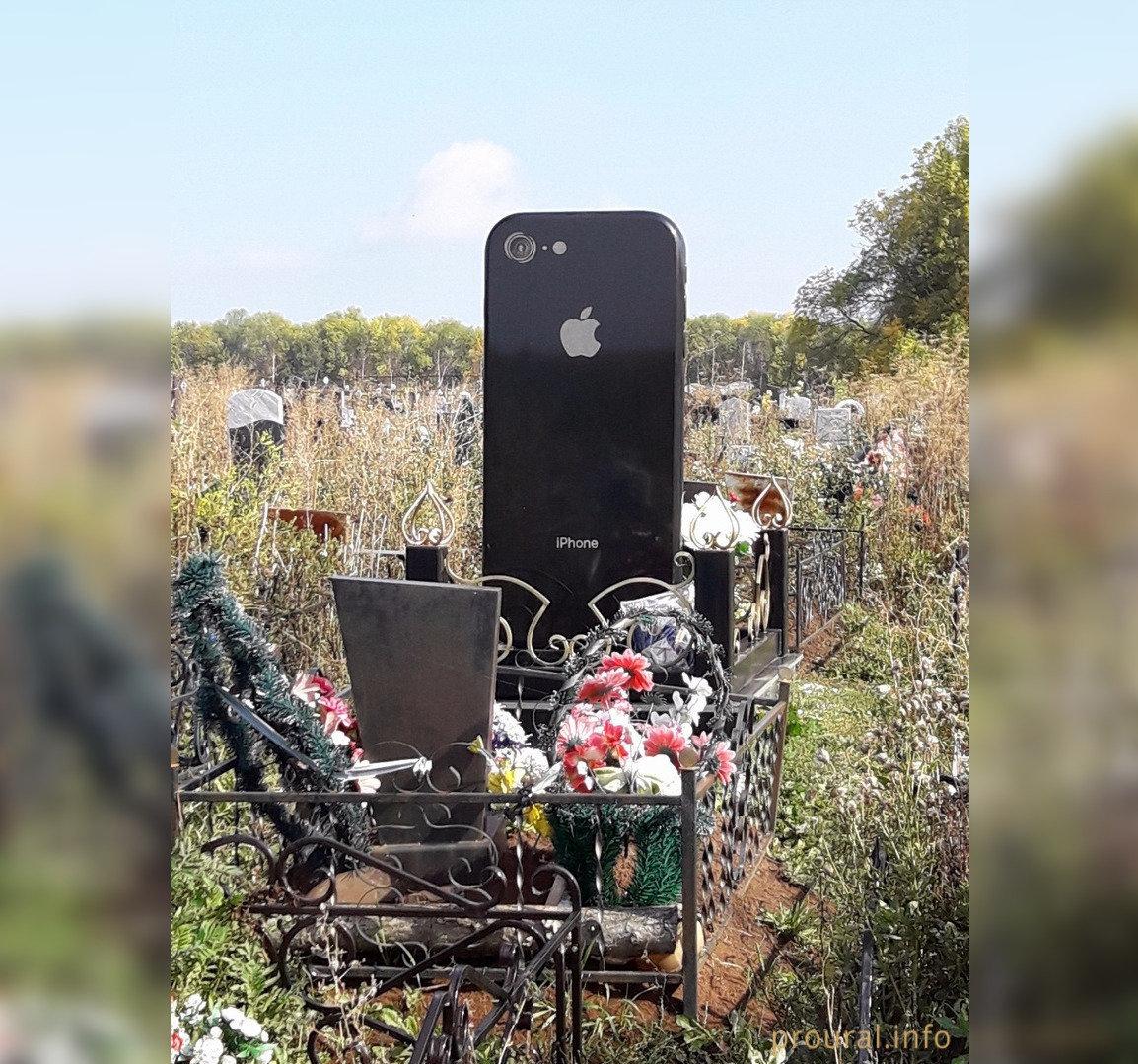 俄乌法市一女孩的墓碑被制成iPhone 6的模样