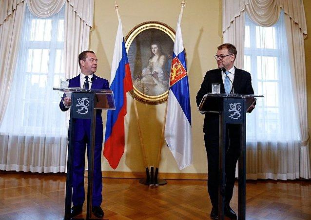 俄羅斯總理梅德韋傑夫與芬蘭總理西比萊舉行記者招待會