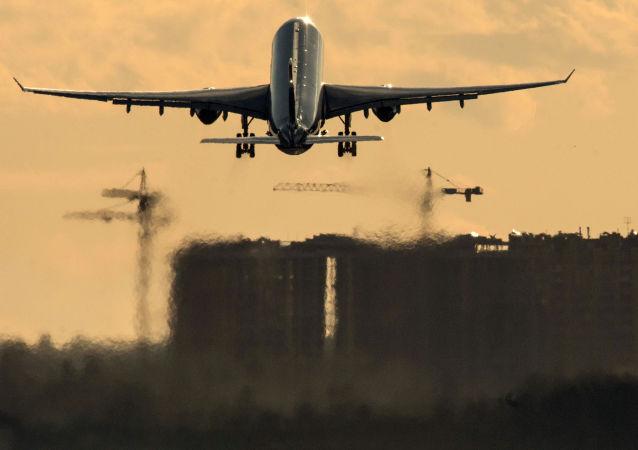 都柏林机场一名迟到乘客试图追上即将起飞的飞机