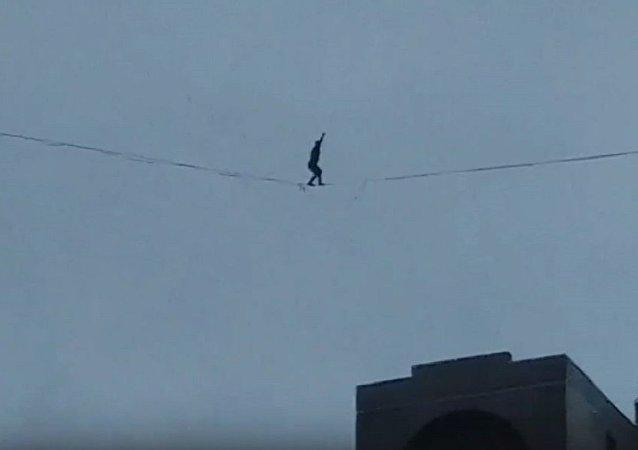 聖彼得堡一身份不明男子大風中行走於高樓間的電纜上