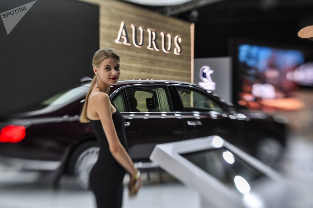 2018莫斯科國際汽車展覽會上Aurus Senat豪車旁的女孩