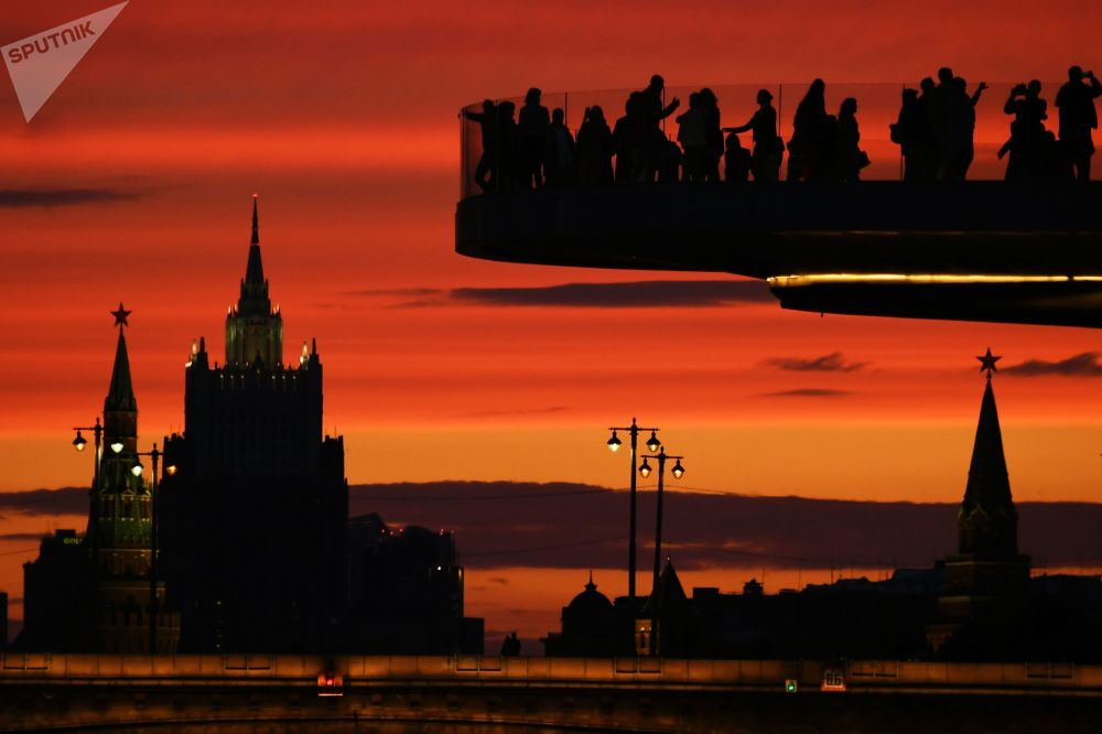 """莫斯科""""扎里亚季耶""""自然景观公园浮桥上的游客"""