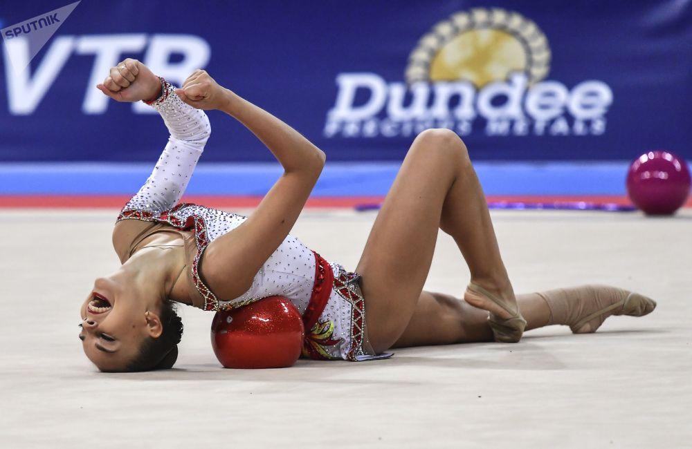 俄羅斯選手金娜·阿韋林娜在保加利亞首都索非亞舉行的2018年世界藝術體操錦標賽球操比賽中