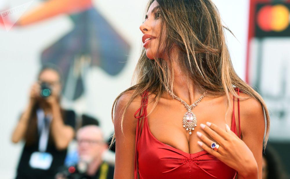 意大利名模马达丽娜·珍娜(Mаdаlina Ghenea)现身第75届威尼斯电影节