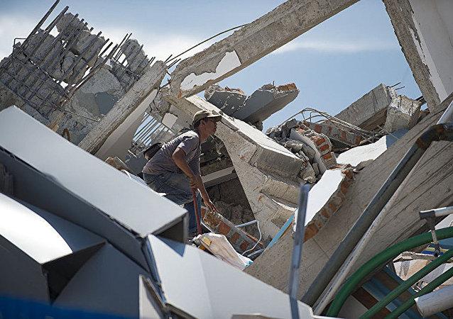俄紧急情况部伊尔-76飞机满载人道主义援助物资飞往印尼