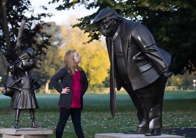 """在英国竖起了一座 """"威胁""""小姑娘的""""愤怒特朗普""""雕像"""