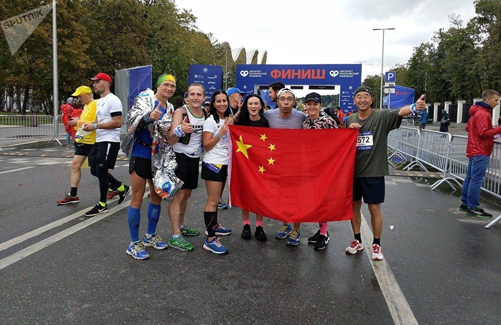 李小白与俄罗斯马拉松跑友在赛场上