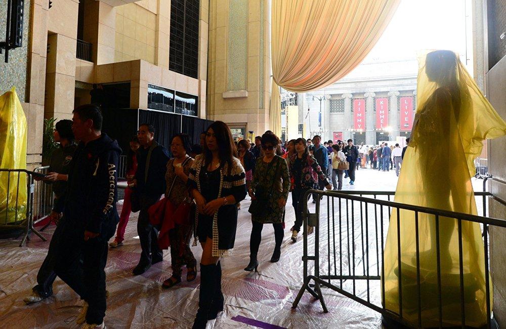 中国游客量之大,娱乐和购物消费之高,对接待国极具诱惑力。然而也不是没有问题--中国游客在国外经常遇到不公待遇。其原因各种各样--从外国人的仇外心里到语言方面的障碍,以及外国旅游公司和服务部门只想从中国旅游团上获得高额利润但却很少考虑到他们的需求以及文化和心理特点。