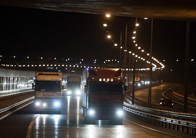 克里米亚大桥首批通行货车向半岛运来肉奶制品和建材