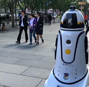 機器人「警察」在西單商業區上崗執勤