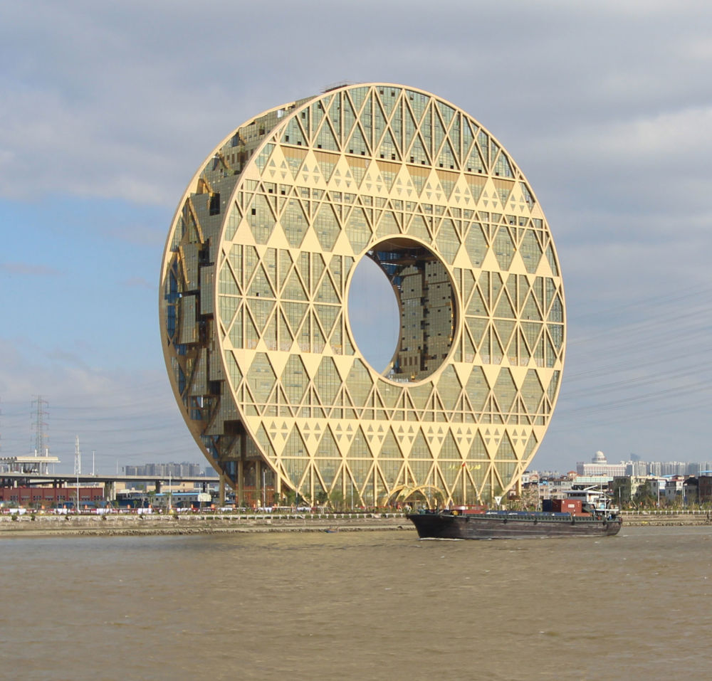 中國廣州市有座33層的硬幣形寫字樓。意大利設計師本想打造一個高尚道德品質的象徵,但這座寫字樓卻提醒當地居民追求金錢。