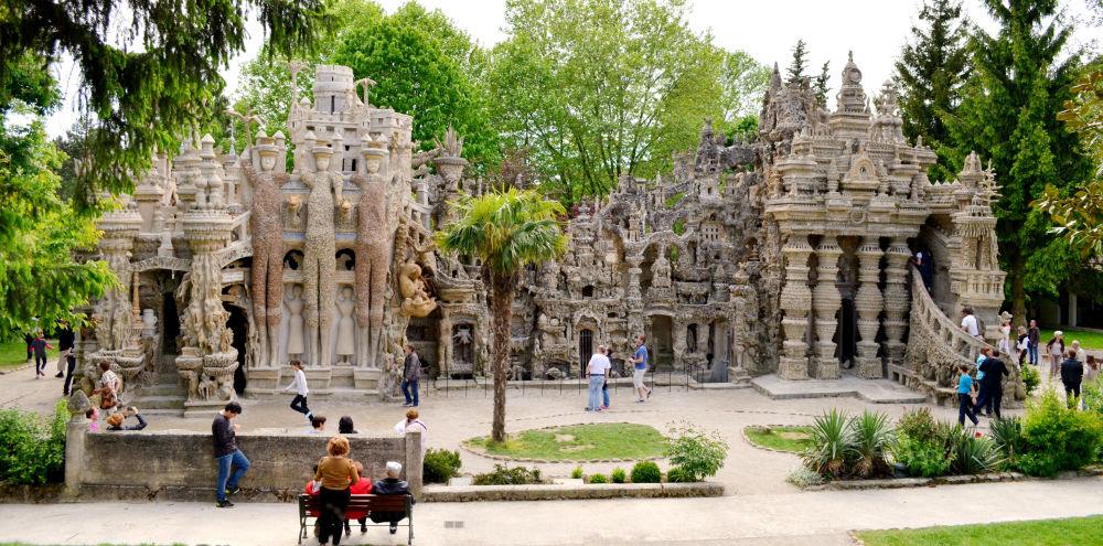 """法国邮差斐迪南·舍瓦里在30年内边送信边收集石头,以便为自己建起""""完美的宫殿""""。"""