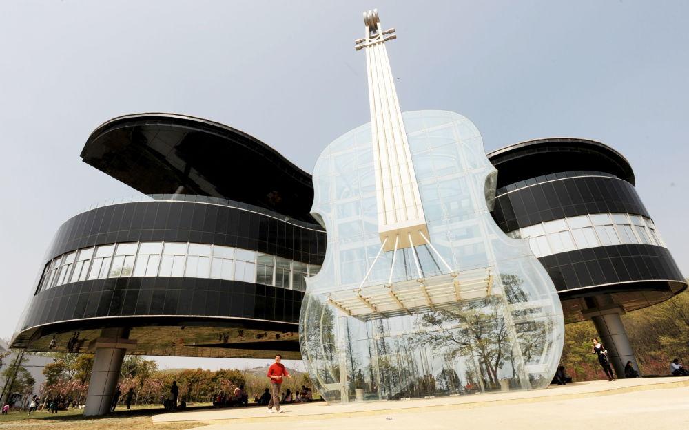 中国还有一处名胜——钢琴房展览中心(Piano House),它由一个巨型透明小提琴和一架黑色钢琴组成。