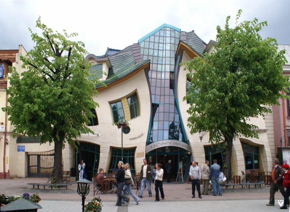 """这座建筑物位于波兰海滨小城索波特。许多游客称它为""""歪房子"""",因为它实际上没有一个等角或等平面。"""